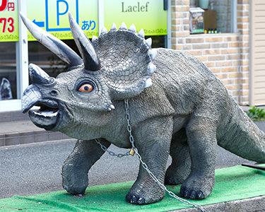 店舗前のマスコット(恐竜)