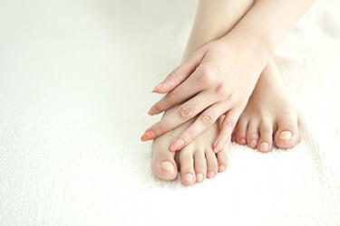 手足の爪が割れやすい